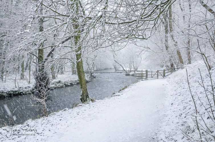 A walk along the River Dove, folowing the River Dove in the snow